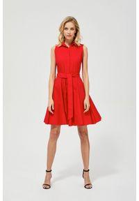 Czerwona sukienka MOODO z koszulowym kołnierzykiem, prosta