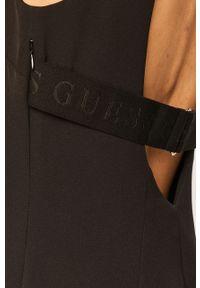 Czarna sukienka Guess Jeans z okrągłym kołnierzem, mini, dopasowana