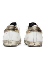 GOLDEN GOOSE - Białe sneakersy ze złotą gwiazdą Superstar. Okazja: na co dzień. Kolor: biały. Wzór: gładki, aplikacja