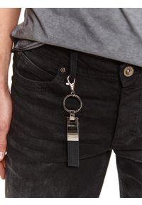 TOP SECRET - Spodnie denim czarne z zawieszką. Okazja: na co dzień, do pracy. Kolor: czarny. Materiał: denim. Sezon: zima. Styl: casual
