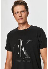 Czarny t-shirt Calvin Klein Jeans casualowy, z okrągłym kołnierzem, z nadrukiem, na co dzień