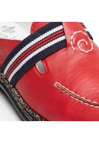 Rieker - Klapki RIEKER - 46383-34 Rot. Okazja: na co dzień. Kolor: czerwony. Materiał: skóra, skóra ekologiczna. Sezon: lato. Styl: casual