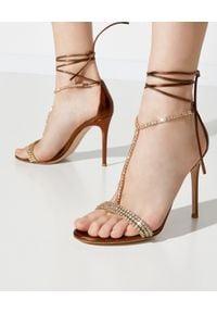 GIANVITO ROSSI - Sandały z kryształami. Zapięcie: pasek. Kolor: złoty. Materiał: satyna