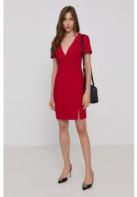 Morgan - Sukienka. Kolor: czerwony. Materiał: tkanina. Długość rękawa: krótki rękaw. Wzór: gładki. Typ sukienki: dopasowane