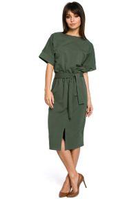 MOE - Zielona Sukienka Midi z Rozcięciem na Przodzie. Kolor: zielony. Materiał: bawełna, elastan. Długość: midi