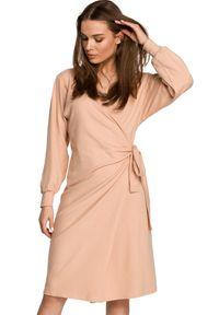 Style - Dzianinowa kopertowa sukienka wiązana na boku beżowa. Kolor: beżowy. Materiał: dzianina. Typ sukienki: kopertowe