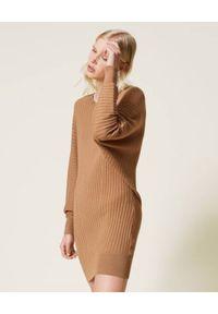 TwinSet - TWINSET - Brązowa sukienka dzianinowa. Kolor: brązowy. Materiał: dzianina. Długość rękawa: długi rękaw. Wzór: prążki. Typ sukienki: proste. Długość: mini