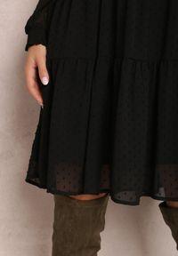 Renee - Czarna Sukienka Vaelara. Typ kołnierza: dekolt w kształcie V. Kolor: czarny. Materiał: tkanina, wiskoza, koronka. Długość rękawa: długi rękaw. Wzór: koronka, aplikacja. Styl: klasyczny. Długość: mini