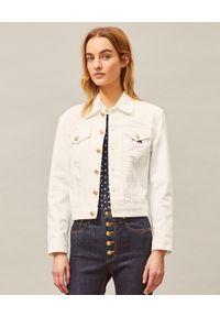 Tory Burch - TORY BURCH - Biała kurtka jeansowa. Kolor: biały. Materiał: jeans. Długość rękawa: długi rękaw. Długość: długie. Wzór: haft, kwiaty. Styl: boho, klasyczny