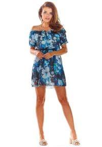 Awama - Krótka Granatowa Sukienka w Kwiaty z Dekoltem Carmen. Typ kołnierza: typu carmen. Kolor: niebieski. Materiał: poliester. Wzór: kwiaty. Długość: mini