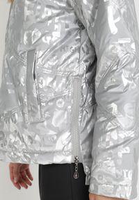 Born2be - Srebrna Kurtka Ieroya. Okazja: na co dzień. Kolor: srebrny. Materiał: tkanina. Długość: długie. Wzór: napisy, aplikacja, nadruk. Styl: casual