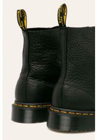 Czarne botki Dr. Martens z okrągłym noskiem, bez obcasa, na sznurówki, z cholewką