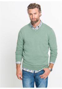 Sweter z dekoltem w serek bonprix jasnozielony. Typ kołnierza: dekolt w serek. Kolor: zielony. Materiał: dzianina. Wzór: ze splotem, gładki. Styl: klasyczny