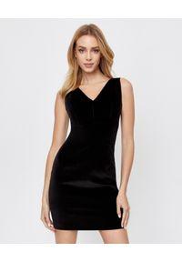 MARLU - Czarna sukienka mini. Okazja: na imprezę, na randkę. Kolor: czarny. Materiał: welur, materiał. Typ sukienki: kopertowe, dopasowane. Styl: wizytowy, klasyczny. Długość: mini