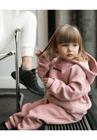 KIDS LOVE - Różowe spodnie dresowe Menfi. Okazja: na co dzień. Kolor: różowy, fioletowy, wielokolorowy. Materiał: dresówka. Styl: casual
