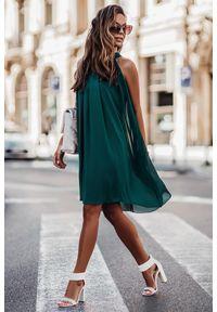 IVON - Zielona Zwiewna Koktajlowa Sukienka z Dekoltem Halter na Stójce. Typ kołnierza: kołnierzyk stójkowy, dekolt halter. Kolor: zielony. Materiał: elastan, wiskoza, nylon. Styl: wizytowy