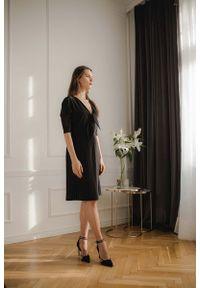 Figl - Czarna Elegancka Sukienka z Plisowanym Dołem. Kolor: czarny. Materiał: poliester, elastan. Styl: elegancki