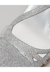 LE SILLA - Sandały na obcasie z brokatem. Zapięcie: klamry. Kolor: srebrny. Wzór: paski, aplikacja. Obcas: na obcasie. Styl: wizytowy. Wysokość obcasa: średni