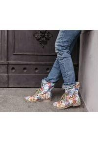 Zapato - sznurowane botki na białej podeszwie - skóra naturalna - model 424 - kolor kwiatek. Okazja: na spacer. Wysokość cholewki: za kostkę. Kolor: biały. Materiał: skóra. Wzór: kwiaty. Styl: sportowy