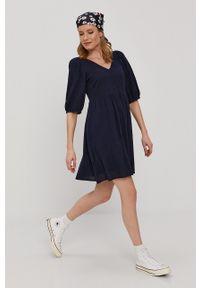 Vero Moda - Sukienka. Kolor: niebieski. Materiał: tkanina. Długość rękawa: krótki rękaw. Wzór: gładki. Typ sukienki: rozkloszowane
