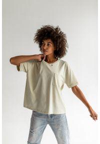 Marsala - T-shirt damski z kieszonką w kolorze CANNOLI CREAM - SPLIT BY MARSALA. Materiał: jeans, skóra, bawełna. Długość rękawa: krótki rękaw. Długość: krótkie