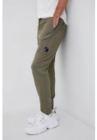 C.P. Company - Spodnie bawełniane. Kolor: zielony. Materiał: bawełna