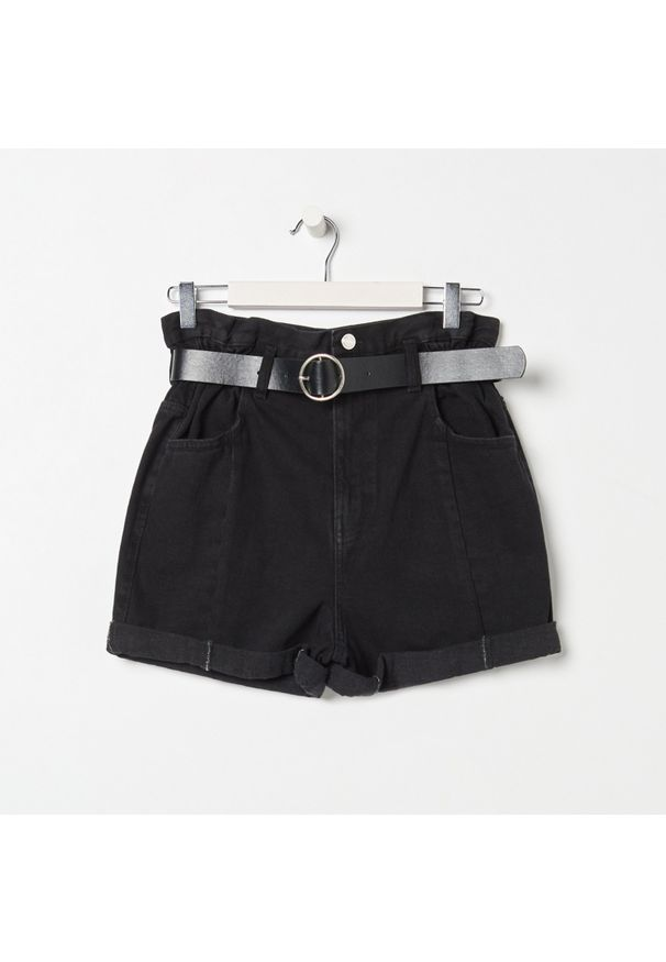 Sinsay - Jeansowe szorty paperbag z paskiem - Czarny. Kolor: czarny. Materiał: jeans