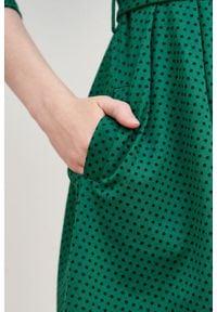 Marie Zélie - Sukienka Anastazja ciemnozielona w kropeczki. Kolor: zielony. Materiał: dzianina, materiał, skóra, bawełna, elastan. Typ sukienki: rozkloszowane. Styl: klasyczny