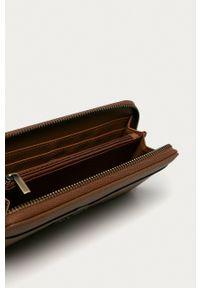 Pepe Jeans - Portfel India. Kolor: brązowy. Materiał: materiał. Wzór: gładki