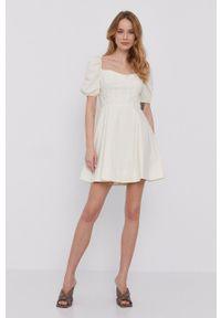 BARDOT - Bardot - Sukienka. Kolor: beżowy. Materiał: tkanina. Długość rękawa: krótki rękaw. Typ sukienki: rozkloszowane