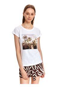 TOP SECRET - Luźny t-shirt z nadrukiem. Kolor: biały. Materiał: tkanina, bawełna. Długość rękawa: krótki rękaw. Długość: krótkie. Wzór: nadruk. Styl: klasyczny, sportowy