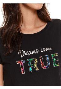 TOP SECRET - T-shirt z napisem. Kolor: czarny. Materiał: bawełna, tkanina. Długość rękawa: krótki rękaw. Długość: krótkie. Wzór: napisy. Sezon: wiosna
