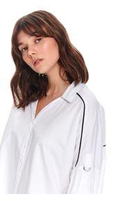 Biała koszula TOP SECRET z klasycznym kołnierzykiem, w kolorowe wzory