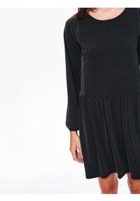 TOP SECRET - Luźna sukienka z marszczeniem i dekoltem w łódkę. Okazja: na co dzień. Kolor: szary. Materiał: materiał. Długość rękawa: krótki rękaw. Sezon: jesień, zima. Styl: casual