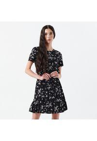 Cropp - Sukienka mini w kwiaty - Czarny. Kolor: czarny. Wzór: kwiaty. Długość: mini