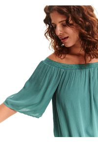 TOP SECRET - Bluzka o luźnym kroju. Kolor: zielony. Materiał: koronka. Długość: krótkie. Wzór: koronka. Styl: wakacyjny