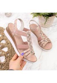 Sandały damskie na gumki różowe Rieker V3822. Kolor: różowy. Materiał: skóra ekologiczna
