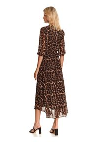TOP SECRET - Luźna sukienka w zwierzęcy wzór. Kolor: beżowy. Materiał: dzianina. Wzór: motyw zwierzęcy. Sezon: jesień