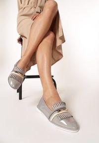Born2be - Szare Mokasyny Joy Story. Okazja: na spotkanie biznesowe. Nosek buta: okrągły. Zapięcie: pasek. Kolor: szary. Wzór: gładki. Materiał: jeans, lakier. Obcas: na obcasie. Styl: biznesowy, elegancki. Wysokość obcasa: niski