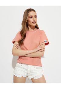 GOLDEN GOOSE - Bawełniany t-shirt z napisem. Kolor: różowy, fioletowy, wielokolorowy. Materiał: bawełna. Wzór: napisy. Styl: klasyczny