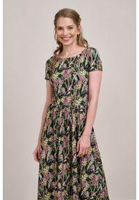 Marie Zélie - Sukienka Emelina Cynarae ciemny róż krótki rękaw. Kolor: różowy. Materiał: wiskoza, dzianina, materiał, elastan, tkanina, guma. Długość rękawa: krótki rękaw. Styl: klasyczny. Długość: midi