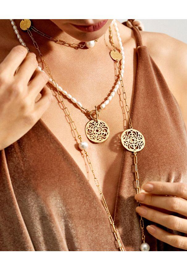 MOKOBELLE - Naszyjnik z pereł z rozetą Mokobelle. Materiał: pozłacane, złote. Kolor: srebrny. Wzór: aplikacja. Kamień szlachetny: perła