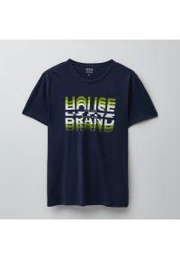 Koszulka z nadrukiem House Brand - Granatowy. Kolor: niebieski. Wzór: nadruk
