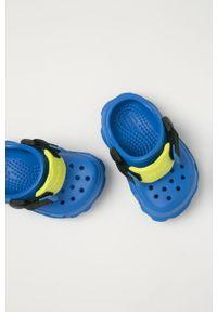 Niebieskie klapki Crocs na obcasie, gładkie, na niskim obcasie