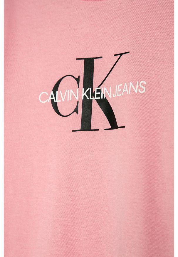 Różowy t-shirt Calvin Klein Jeans na co dzień, z okrągłym kołnierzem, z nadrukiem