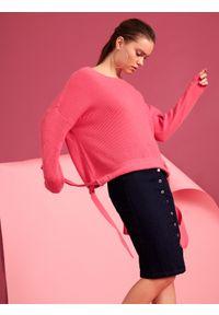 Różowy sweter TOP SECRET w kolorowe wzory, z dekoltem w łódkę, na co dzień