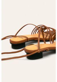 Brązowe sandały vagabond na średnim obcasie, na obcasie, na sznurówki