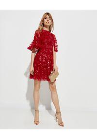NEEDLE & THREAD - Czerwona sukienka z cekinami. Okazja: na wesele, na ślub cywilny, na imprezę. Kolor: czerwony. Materiał: tiul. Wzór: aplikacja. Długość: mini