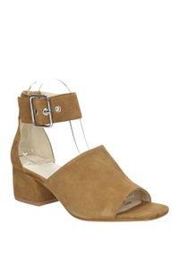 Brązowe sandały vagabond na lato, w kolorowe wzory