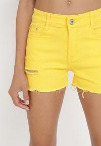 Born2be - Żółte Szorty Leucanea. Kolor: żółty